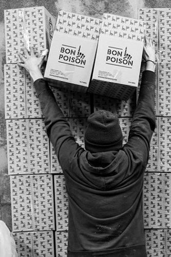 Mur de cartons à la brasserie Bon Poison