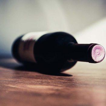 Bouteille de vin allongé