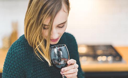Personne dégustant du vin
