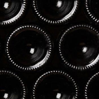 Bouteille de vins empilées sur une étagère