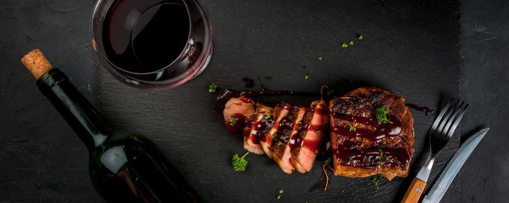 Côte de bœuf sur une planche à découper