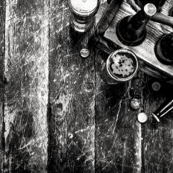 Bouteilles de bières artisanales sur une table
