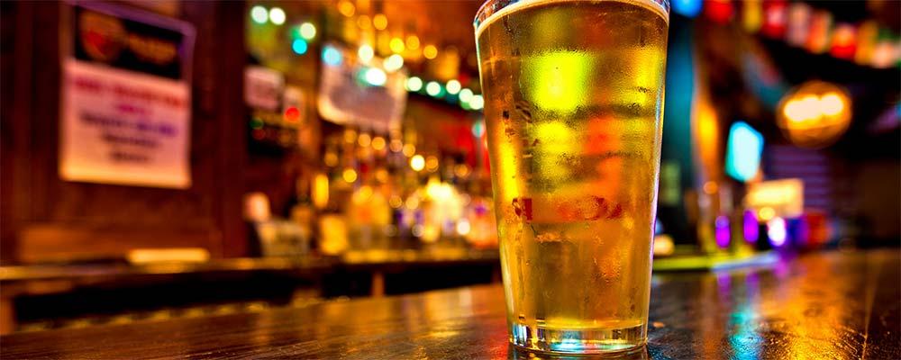 Verre à pinte sur un bar